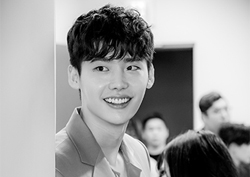 [Waiting Room]  Lee Jong Suk - Han Hyo Joo, looking at the 'black and white' pictures - they are really like drawings! (Behind the scenes of the press conference)