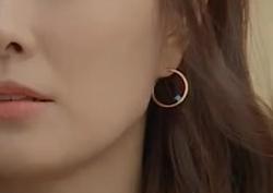 [8회_홍윤희] 파란색 포인트 스톤이 돋보이는 '원형 귀걸이'