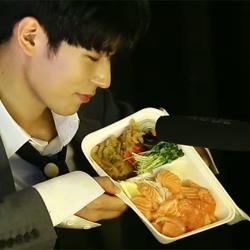 """<아작쇼> 크나큰 승준, 연어 먹방 ASMR하며 """"맛있어~"""" 세상 행복♥(해요TV)"""