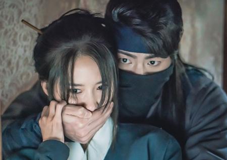 <왕은 사랑한다> 복면 쓴 홍종현, 임윤아와 '밀착 스킨십'