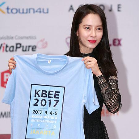 [포토] 송지효,  사인티셔츠 들고 '찰칵~'