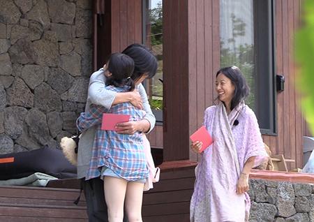 <효리네 민박> 마지막 퇴근 아이유, 이효리-이상순 부부와 따뜻한 포옹