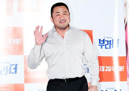 [포토] <부라더> 마동석, 마요미의 수줍은 손인사