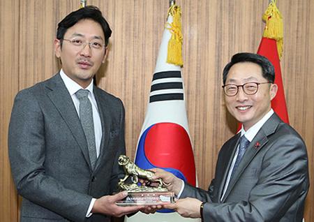 <신과함께> 김용화 감독&하정우, 국군기무사령부 감사패 받다