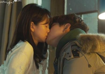 <그냥 사랑하는 사이> 이준호♥원진아, 백허그부터 '감기 키스'까지··· 설렘 폭발!