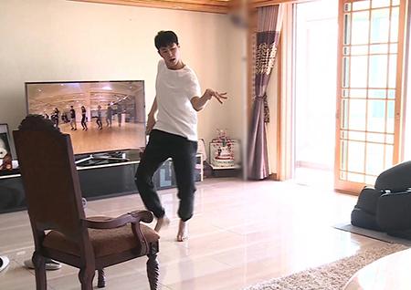 '나 혼자 산다' 유노윤호, 격정의 모닝 댄스! 관중은 인형들?