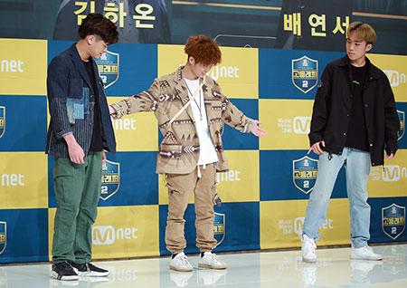 """[포토] '고등래퍼2' 김하온, """"친구들 이리오시죠"""" 이병재-이로한 부르는 중"""