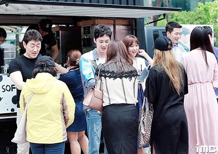 """'이리와 안아줘' 장기용-진기주-윤종훈-김경남, """"커피차 이벤트 통해 에너지 얻었다"""""""