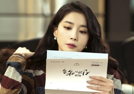 '신과의 약속' 주말 동시간대 시청률 1위 비결? 연기神들의 '대본 열공' 현장 포착!