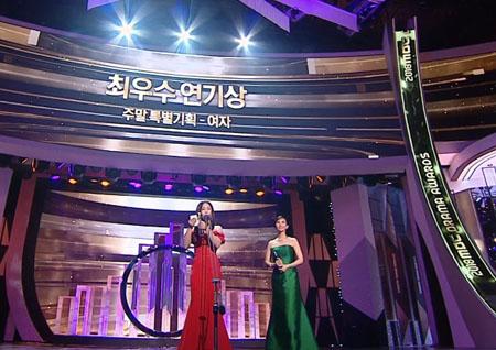 '2018 MBC 연기대상' 채시라-이유리, 주말 특별기획 여자 최우수 연기상 수상!