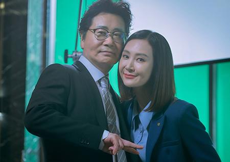 '더 뱅커' 채시라, '부행장 임명' 초고속 승진 기념 비하인드 스틸 공개.. 케미 뿜뿜