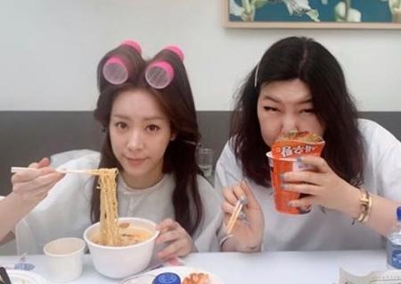 한지민, 슈스스 한혜연과 러블리 모닝 컵라면 먹방 공개