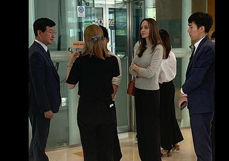 '섹션TV' 안젤리나 졸리, 아들 매덕스 위해 내한… 서울 곳곳에서 포착!
