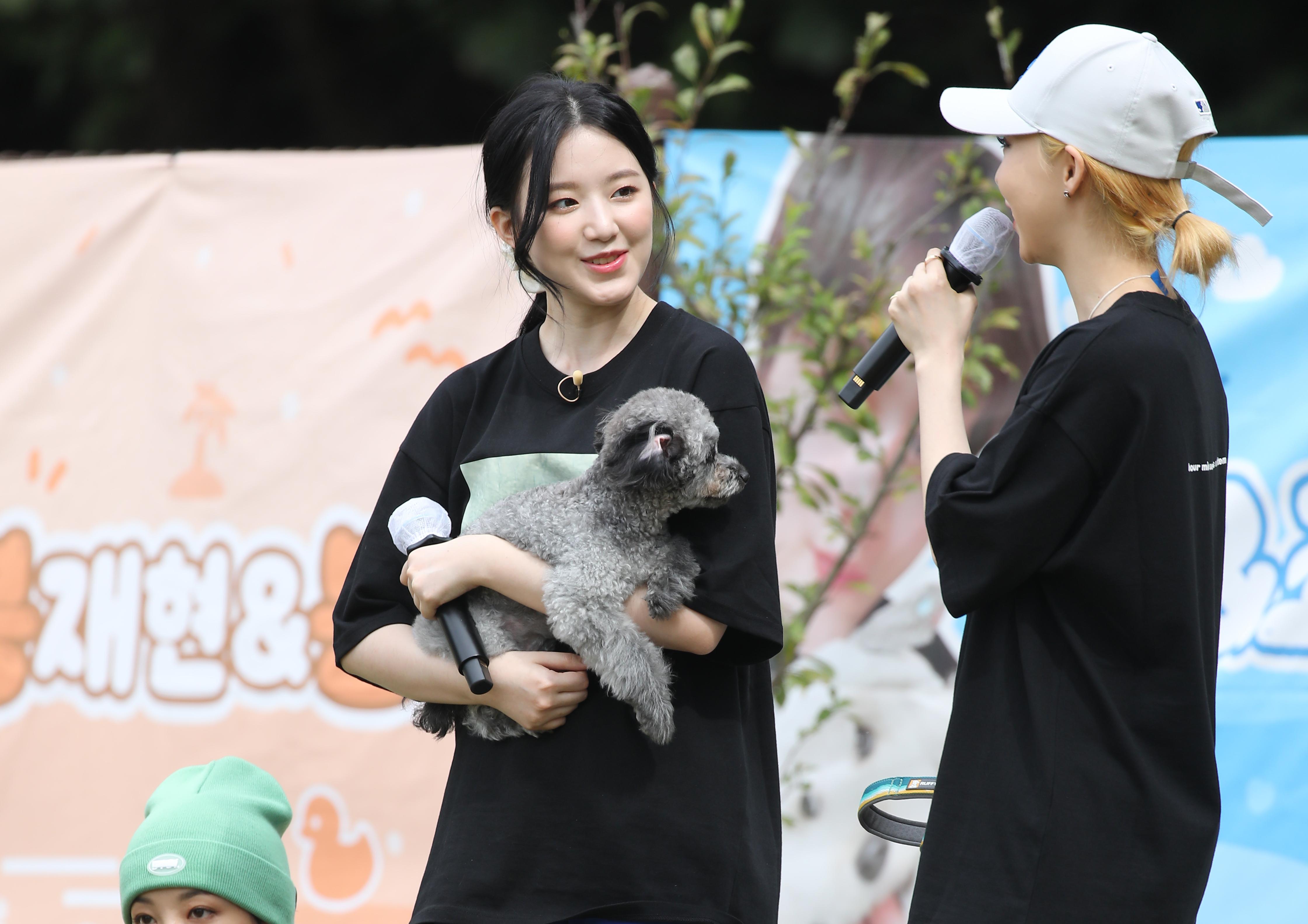 """[단독포토] '아멍대' (여자)아이들 슈화, """"우리 하쿠 너무 잘했쪄! 뽀뽀"""""""
