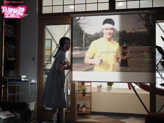 [포토] 여기는 촬영현장! <자체발광 오피스> 고아성, 은은한 '화보 미모'