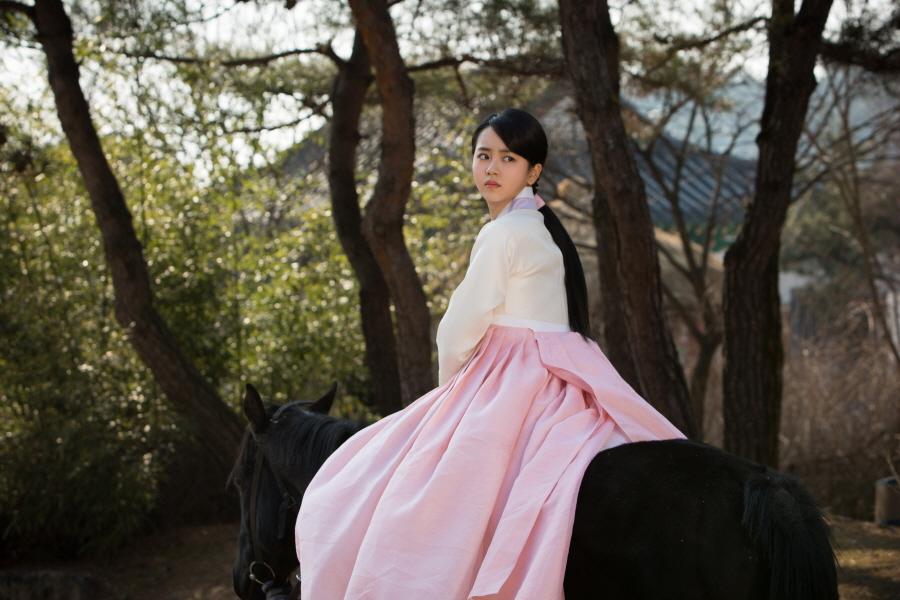 <군주> 김소현, '미모 가득!' 눈부신 승마자태 이미지-1