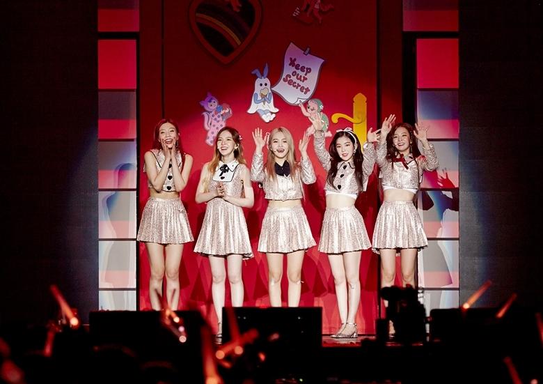 레드벨벳, 첫 단독 콘서트 '레드룸'의 무지개빛 문을 활짝 열다! [종합]