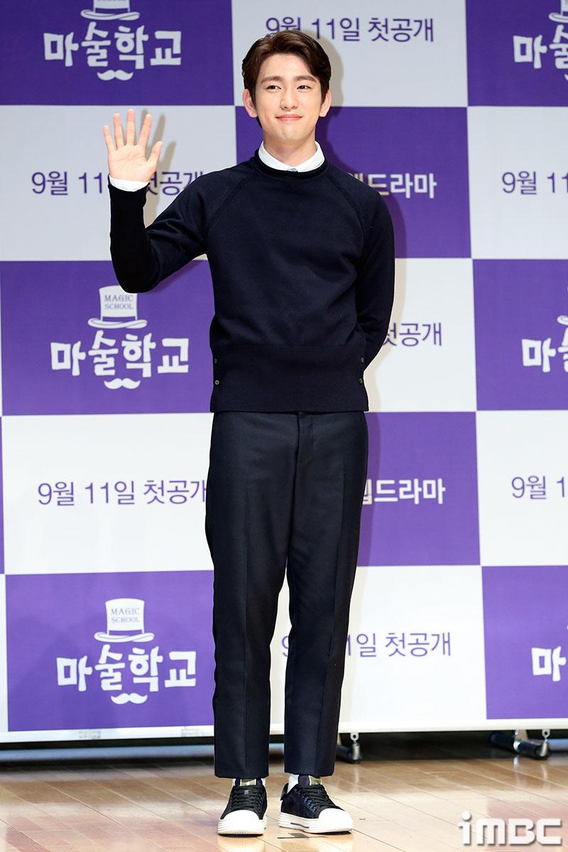 [포토] <마술학교> 진영, 잘생김 뚝뚝 손인사