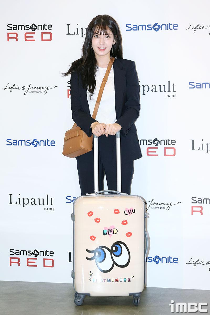 [포토] 전소미, 여행 가고싶어지죠? 화려한 캐리어와 어울리는 밝은 미소