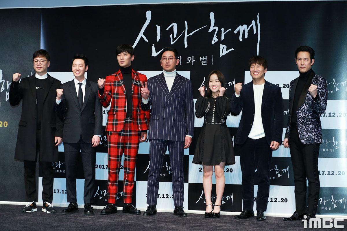 """[포토] <신과함께> """"기대해주세요!"""" 화이팅 외치는 배우들"""