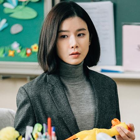 이보영, 차가운 교사 변신...스틸 컷 공개! '어색함 가득'