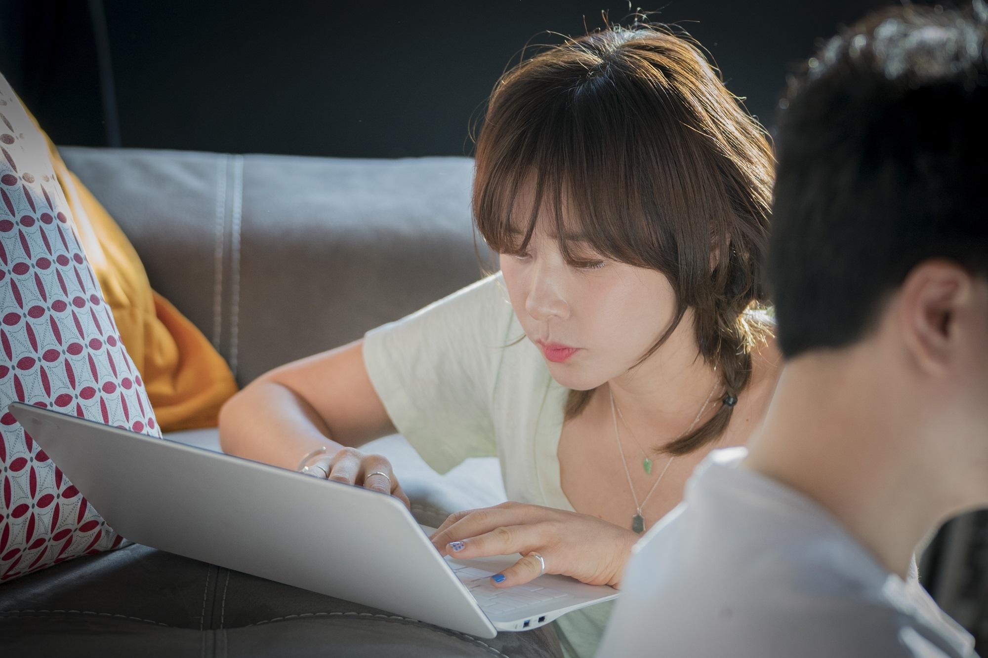 <한여름의 추억> '현실 연인 케미' 최강희♥이준혁, 달달 꿀눈빛 포착