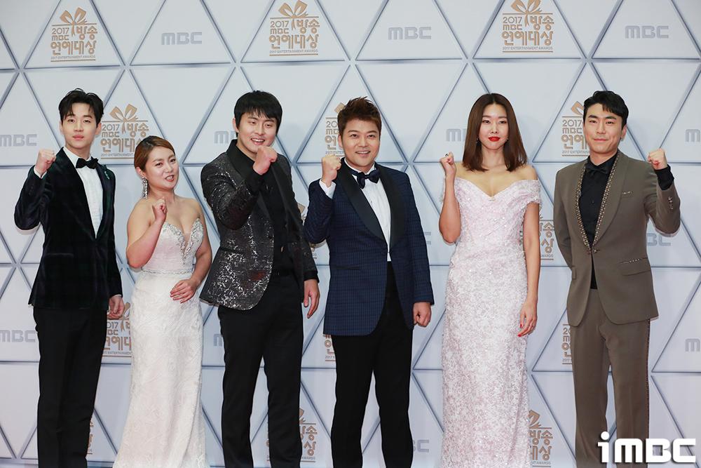 [포토] <2017 MBC 방송연예대상> 최고의 화제작, 국민 썸남&썸녀 <나 혼자 산다>팀