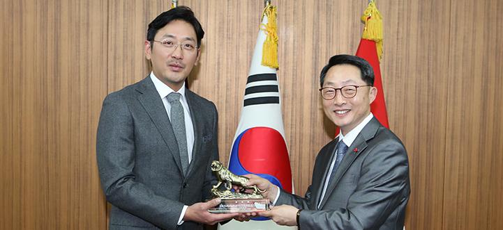 김용화 감독&하정우, 국군기무사령부 감사패 받다