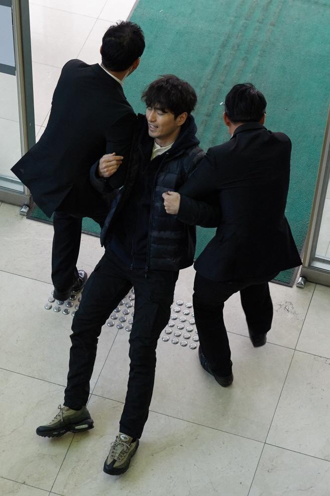 '리턴' 이진욱, '장례식장 내동댕이' 현장 포착...근성 있는 오뚝이 공격