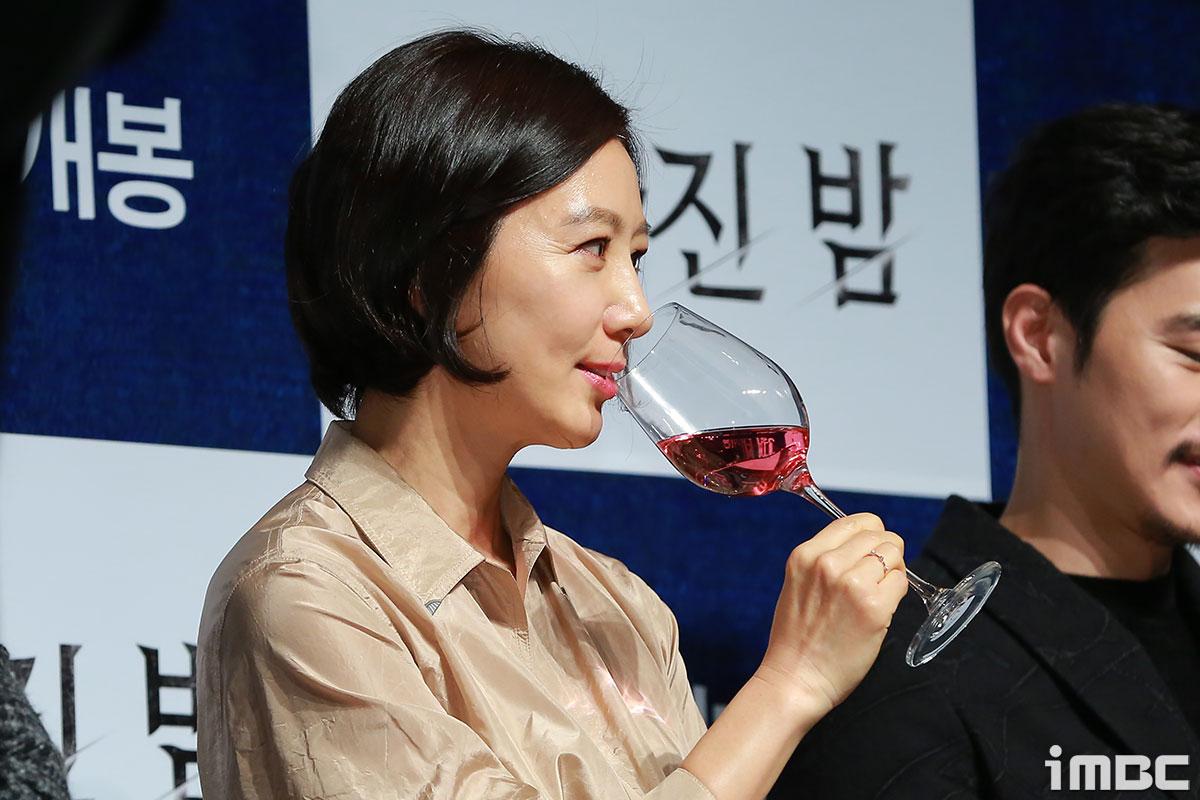 [포토] '사라진 밤' 김희애, 우아한 와인 한 잔