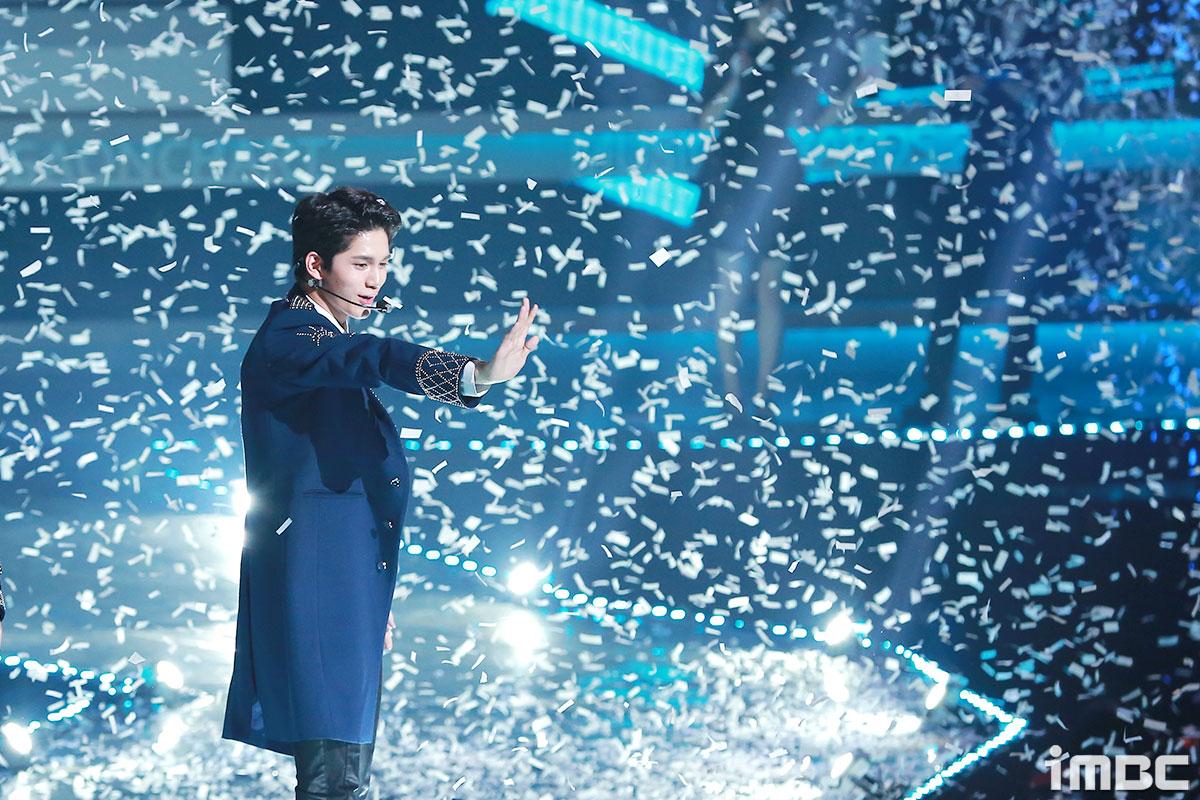 [포토] '가온차트어워드' 워너원 옹성우, 꽃가루 날리는 아래 환상적인 미소