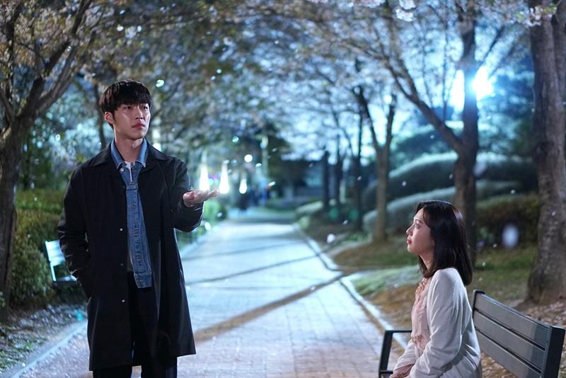 '위대한 유혹자' 우도환-박수영, 로맨틱 벚꽃 데이트! 사랑도 꽃길 걸을까…