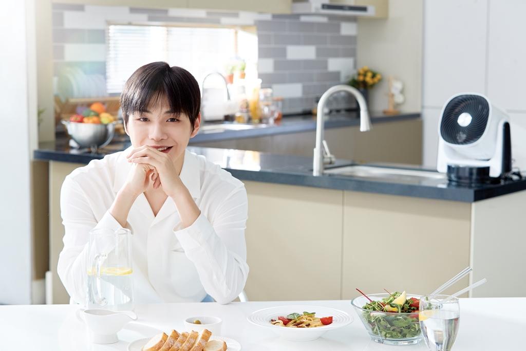 강다니엘, 단독으로 생활가전CF 촬영 '2018 최고 대세입증'