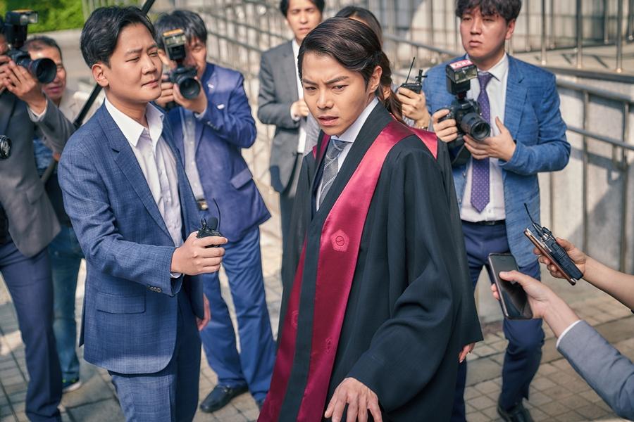 '검법남녀' 정유미X박은석, 기자들에게 둘러싸인 긴박감 넘치는 현장 포착! 이미지-4