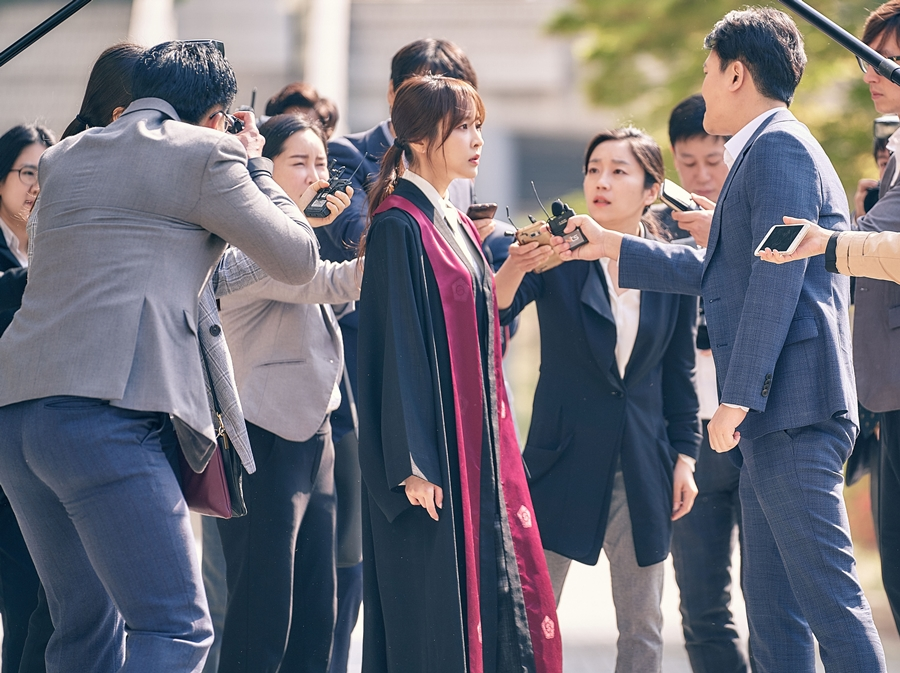 '검법남녀' 정유미X박은석, 기자들에게 둘러싸인 긴박감 넘치는 현장 포착! 이미지-3