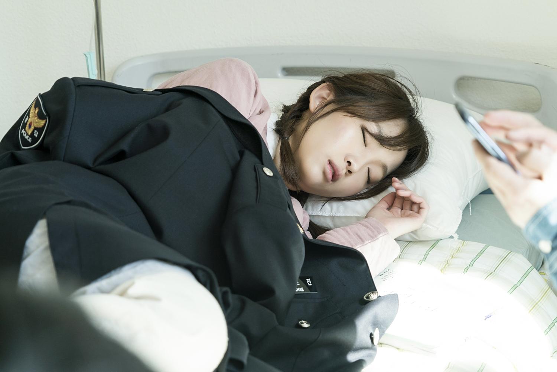 '이리와 안아줘' 장기용-진기주, 경찰대 캠퍼스에서 숨바꼭질 중? '애틋 분위기' 이미지-2
