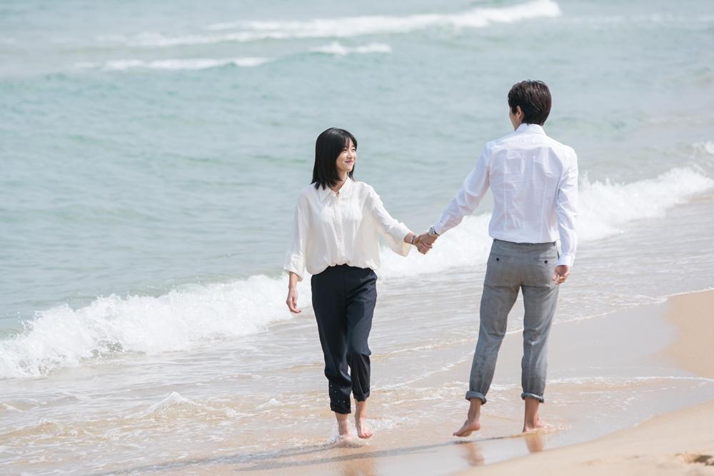 '무법변호사' 이준기X서예지, '백허그→눈맞춤까지' 2단 스킨십 포착 '달달'