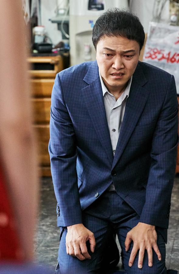 '이별이 떠났다' 정웅인, 무릎 꿇고 눈물 글썽인 사연은? 스태프들도 '왈칵'