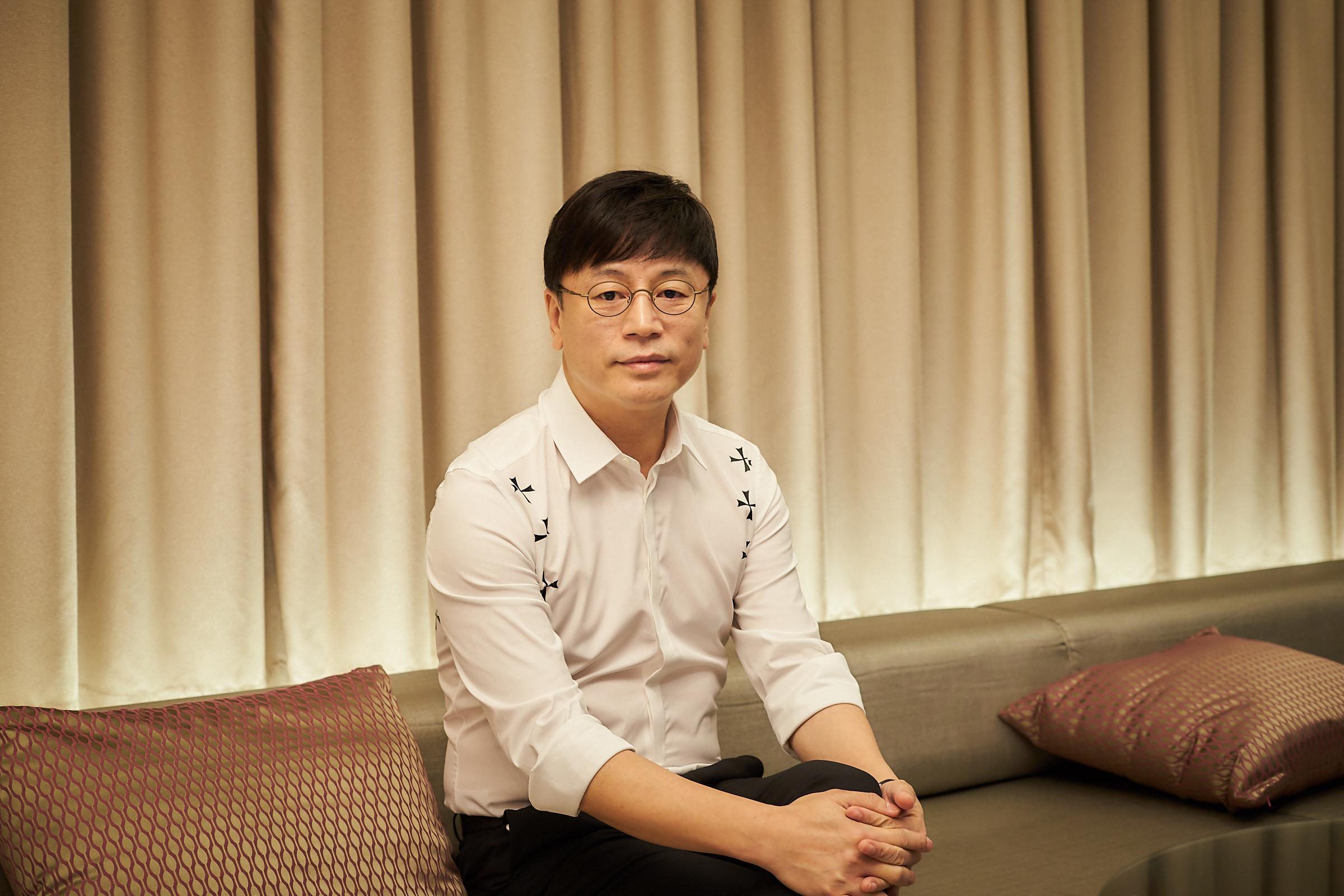 [人스타] '신과함께'로 곧 쌍천만, '국가대표' 포함 삼천만 감독 김용화
