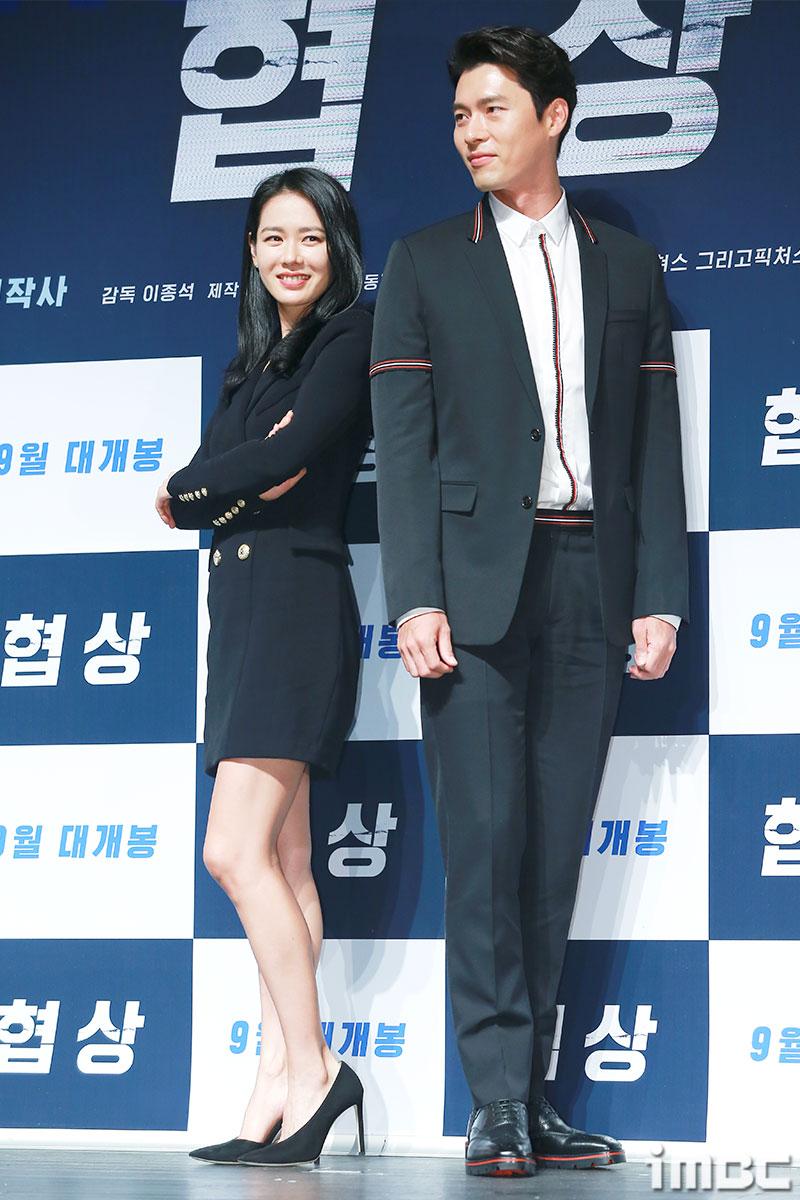 [포토] '협상' 손예진-현빈, 등을 맞댄 두 배우