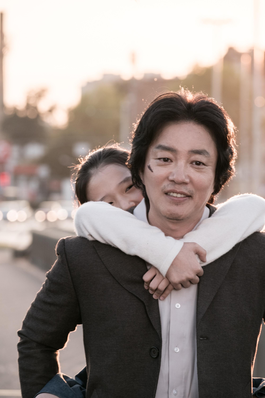 '출국' 이범수 캐릭터 스틸 4종 전격 공개! '애절한 부성애' 연기 예고