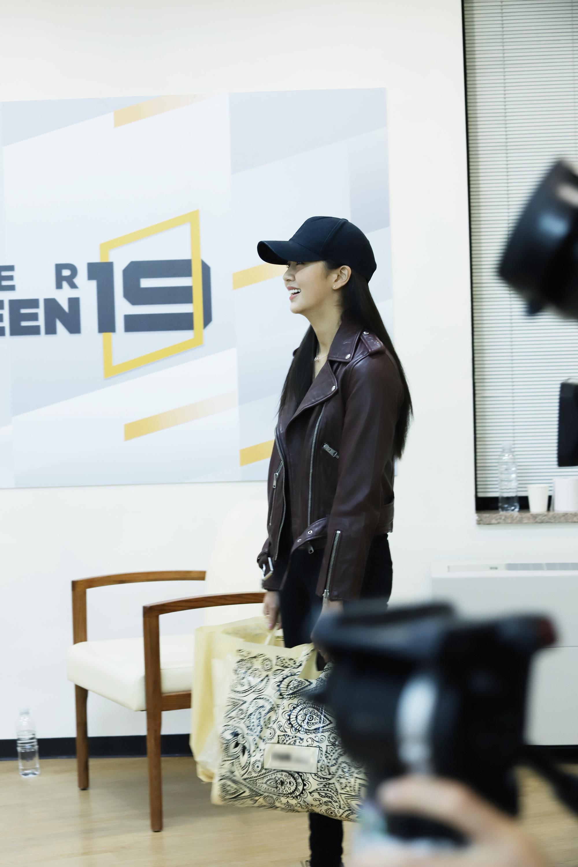 MC 김소현, 합숙소 깜짝 방문…57명 예비돌 참가자 전원 응원 '훈훈함 가득'