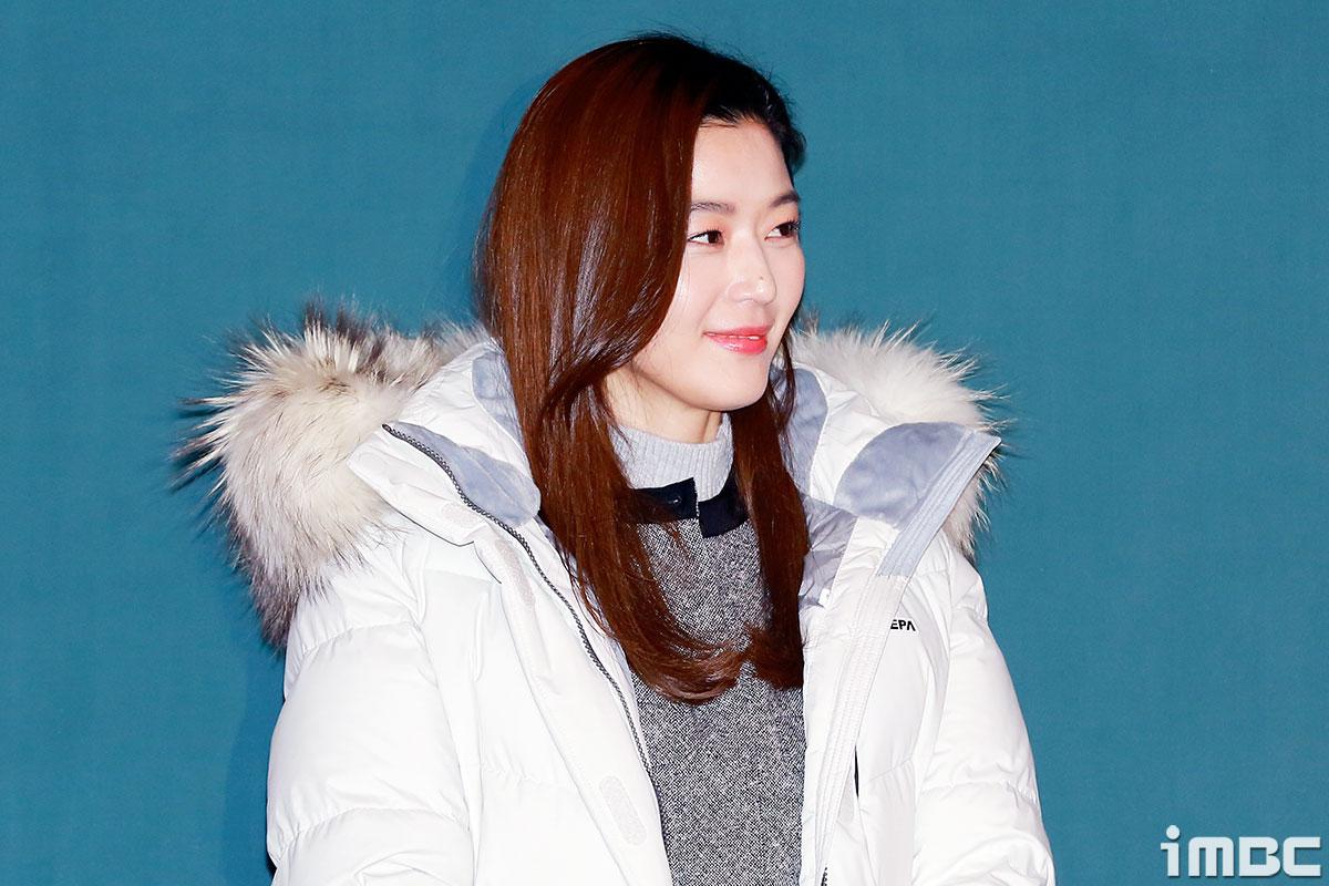 [B하인드] 전지현, 그녀의 광대가 내려오지 못한 이유?