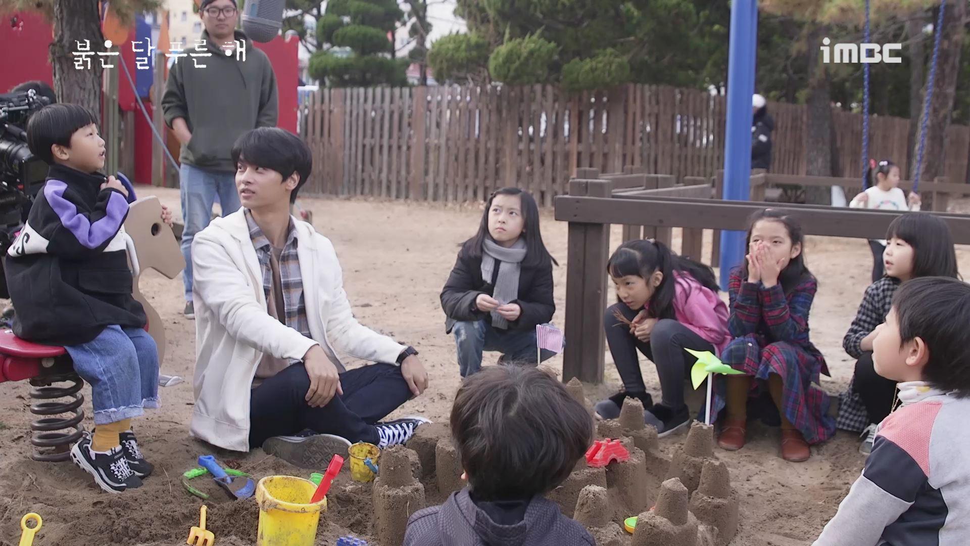 [M플레이] '붉은 달 푸른 해' 차학연, 아이들에겐 '사랑아찌'? 훈훈함이 뚝뚝