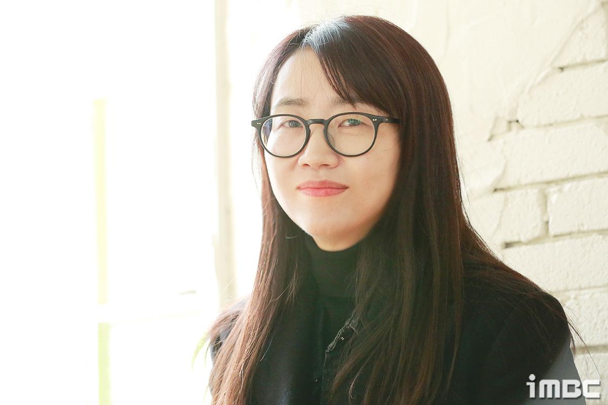 """[人스타] 김은희 작가 """"내 나이에 대한 책임감으로 사회 이슈가 담긴 작품 한다"""""""