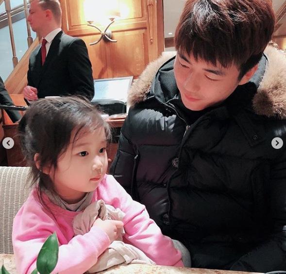 한혜진 딸 공개… 기성용 딸바보 눈빛은 덤♡