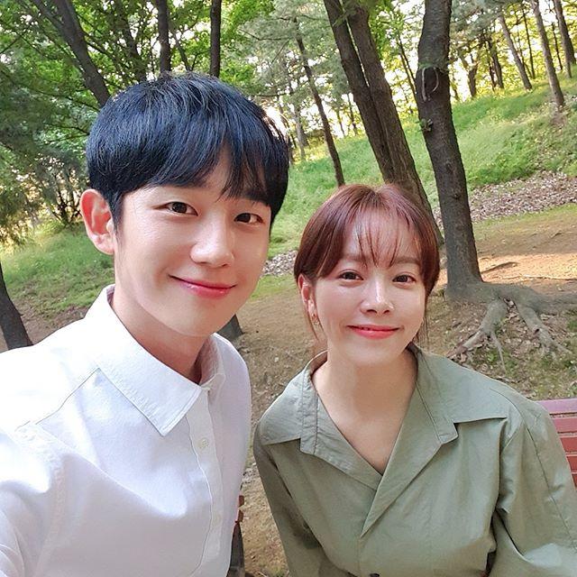 """한지민-정해인, '봄밤' 본방 사수 부르는 훈훈 인증샷 """"9시에 만나요♡"""""""
