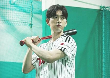 '만찢남' 갓세븐 진영, '야구 유니폼이 잘 어울리는 아이돌' 투표 1위