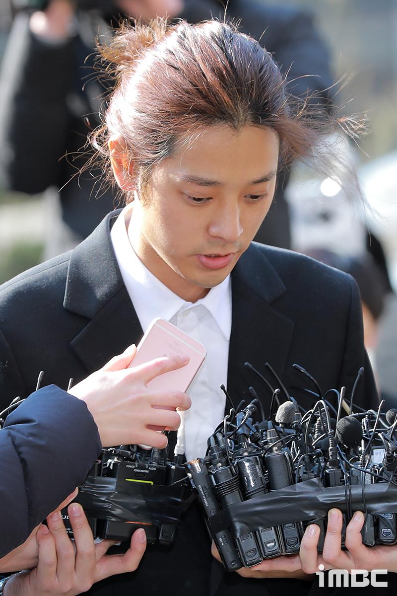 '집단 성폭행' 정준영·최종훈, 각각 징역 6년·5년… 오열하며 퇴장