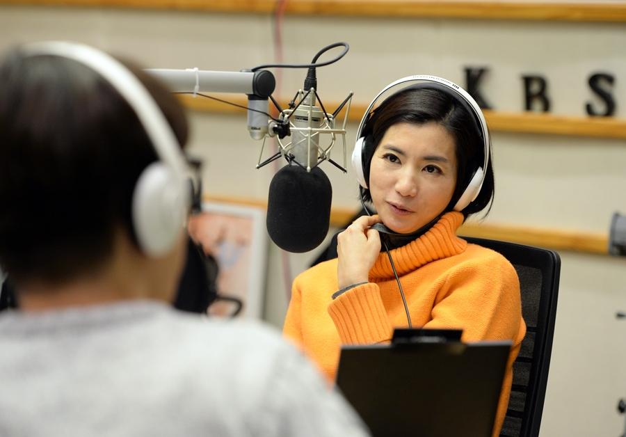 '황정민의 뮤직쇼' 아나운서 황정민, 곡괭이 난동 피해?…우려↑ [종합]